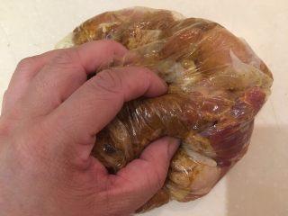 咖喱柠檬鸡,收口后用揉面团的方式搓揉,让鸡腿肉入味