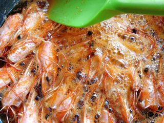 鲜虾片,我们中间把虾头用铲子按一按,把虾头里的糕压出来,熬到虾头边脆,油颜色发红就👌了