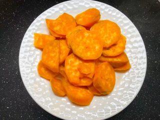 红薯酒酿丸子,把红薯放入盘里,放到锅里蒸熟。