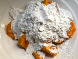 红薯酒酿丸子,红薯蒸熟倒入大碗里晾凉,倒入糯米粉,揉成光滑的面团。(如果红薯没什么水分,可以加一点水进去揉)