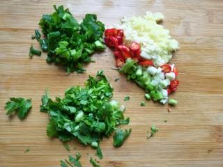 香辣脆皮豆腐,生姜大蒜切丁,小米椒切圈,香葱,香菜切碎。