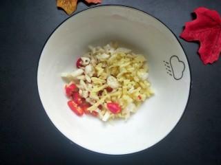 香辣脆皮豆腐,先做一个碗汁:大蒜,生姜,小米椒放入碗内。