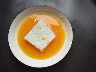 香辣脆皮豆腐,豆腐放蛋液中打个滚。