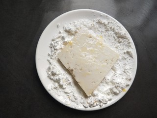 香辣脆皮豆腐,再粘上淀粉。