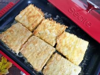 香辣脆皮豆腐,煎两面金黄表皮变脆盛出。