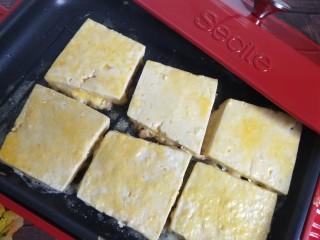 香辣脆皮豆腐,放入豆腐。