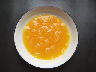 香辣脆皮豆腐,鸡蛋放一点点盐打散。