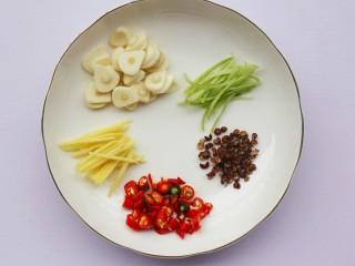 低脂爽脆开胃下饭的腌黄瓜条,大蒜切瓣,姜切丝,小米辣切断,香菜只留根茎。
