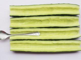 低脂爽脆开胃下饭的腌黄瓜条,用不锈钢勺勺尾或小刀挖出籽。