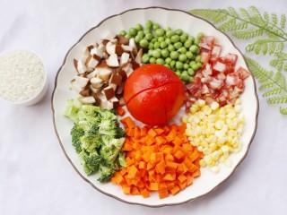 爆红网络的一个番茄饭,准备食材:番茄1个,米一杯,香肠2根,香菇2个,西兰花适量,豌豆适量,玉米适量,胡萝卜半根。清洗干净,除了番茄其它全部切粒