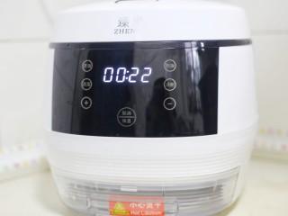 爆红网络的一个番茄饭,适量油,加入没过食材的水。盖上锅盖,按煮饭键,22分钟后拔掉电源焖5分钟即可。