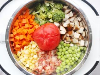 爆红网络的一个番茄饭,将处理好的材料一一放入锅中围成一圈,番茄放入中间。