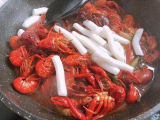 十三香小龙虾,放入年糕翻炒均匀