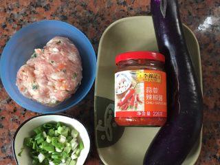蒜蓉辣酱蒸茄子,准备材料(猪肉先加入红萝卜,马蹄一起搅拌成猪肉馅)