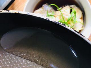 清蒸银鳕鱼,把热油均匀地浇在葱姜丝和鱼段上即可