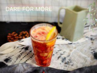 草莓醉红,放杯中加入啤酒柠檬