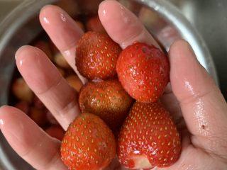 草莓醉红,洗净