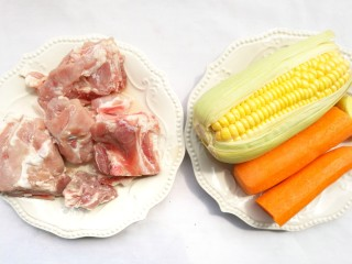 Simple and delicious cone bone corn soup, prepare the ingredients: 1 tube bone, 1 corn, 1 carrot, 3 ginger, and appropriate amount of cooking wine.