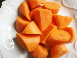 Simple and delicious cone bone corn soup, carrots cut into hob pieces.