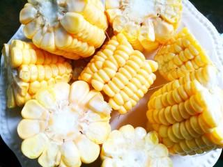 Simple and delicious cone bone corn soup, corn cut into small pieces.