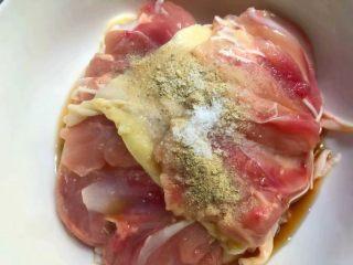 照烧鸡腿饭,把去掉骨头的鸡腿放入碗里,加入1勺料酒,适量白胡椒粉,适量盐,用手抓匀,腌制10分钟。