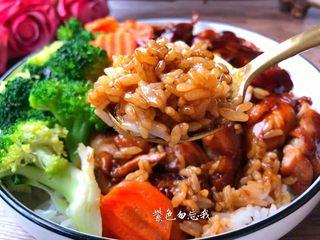 照烧鸡腿饭,盛一碗饭,把鸡腿切块放到饭上面,再放上西兰花和胡萝卜,再浇上汤汁,美味的照烧鸡腿饭做好了,超级好吃哦!