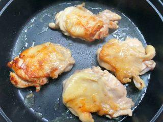 照烧鸡腿饭,煎至一面金黄,再翻另一面煎制。