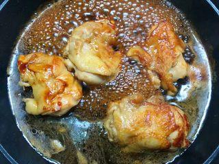 照烧鸡腿饭,待两年煎好以后,把照烧汁倒入翻炒均匀,再倒入适量水,盖上盖子焖10分钟左右。