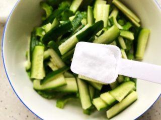 夏日清爽大拌菜,将黄瓜和苦瓜放入大碗,加一小勺细盐