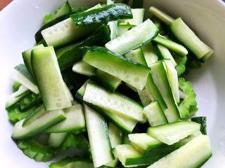 夏日清爽大拌菜,水果黄瓜洗净,去不去皮随你自己喜欢,然后切成薄片