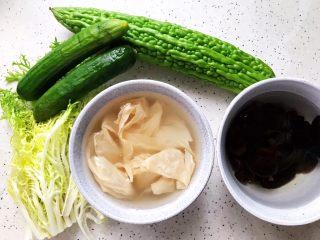 夏日清爽大拌菜,首先我们准备好所有食材