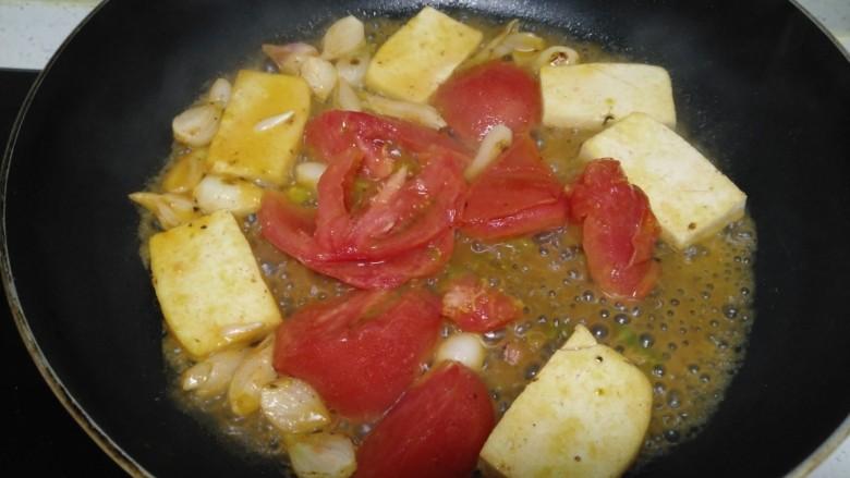 豆腐炒西红柿、西兰花、菜花,待西红柿炒软。