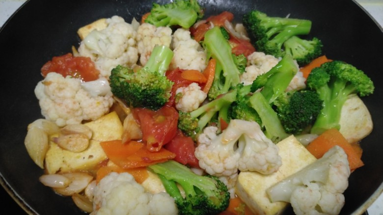 豆腐炒西红柿、西兰花、菜花,翻炒均匀。