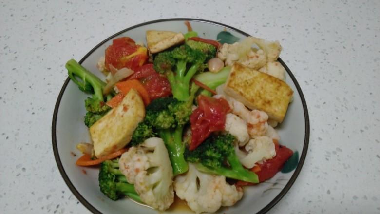豆腐炒西红柿、西兰花、菜花,盛入盘中。