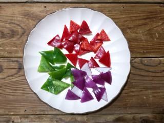 彩椒牛肉粒,彩椒,洋葱洗净切滚刀片。