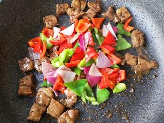 彩椒牛肉粒,然后加入炒过的彩椒和洋葱继续大火翻炒。