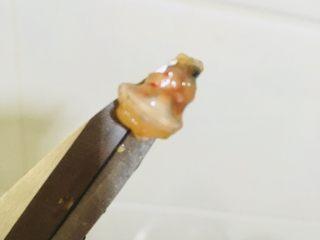 蒜蓉小龙虾,把头的脏东西给弄出来弃之,如图