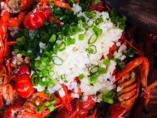蒜蓉小龙虾,最后把剩下的一半蒜蓉和葱叶倒入锅里