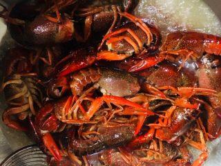 蒜蓉小龙虾,锅中放入适量的油烧至六成热时放入小龙虾