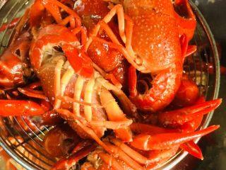 蒜蓉小龙虾,炸至变色后捞出备用