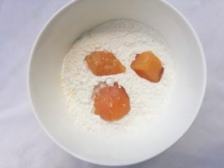狂甩肯德基几条街的劲爆鸡米花,鸡蛋搅散成蛋液,面包糠,淀粉分别倒入盘中,将腌好的鸡块在淀粉中滚一圈。