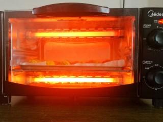 狂甩肯德基几条街的劲爆鸡米花,放入预热好的烤箱中,180度20分钟。