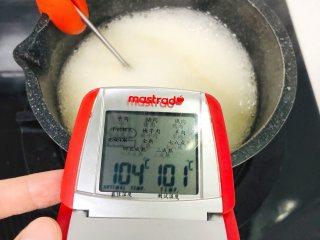 夹心棉花糖,稳定在100-104°以内。煮到糖水变浓稠一些