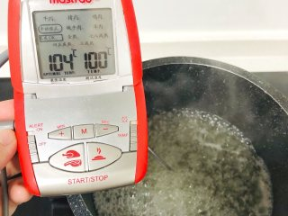 夹心棉花糖,将水和砂糖一起放入不粘锅里,中小火煮沸,煮到100°