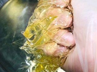 夹心棉花糖,将泡软的吉利丁片拧干水分,放入煮沸的糖水里