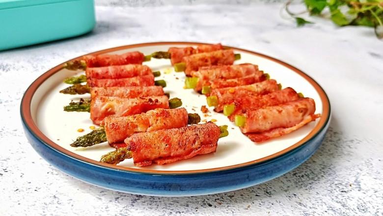 芦笋培根卷,芦笋的脆爽加上培根的肉香味,让人欲罢不能。