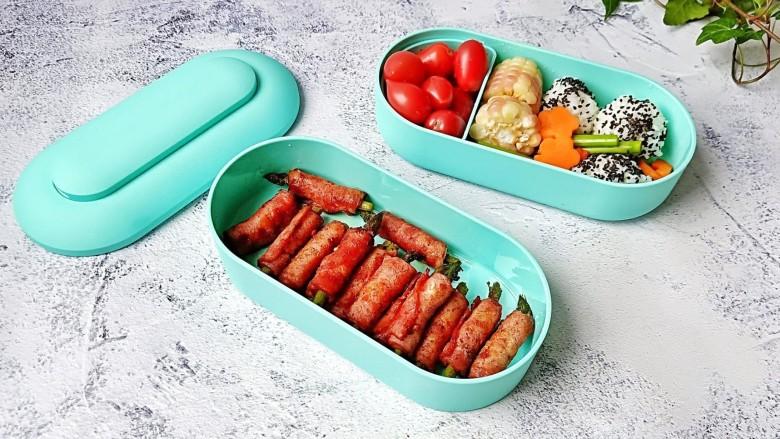 芦笋培根卷,饭盒有两层,一层还放了芝麻饭团与水果,还真不错。冰内置原创专用保鲜块,也可以给提供冷藏保鲜的食物。