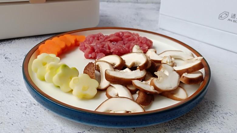 鲜蔬牛肉炒面,西葫芦与胡萝卜可以用模具印出花纹、香菇切片、<a style='color:red;display:inline-block;' href='/shicai/ 216'>牛肉</a>横着切丝。