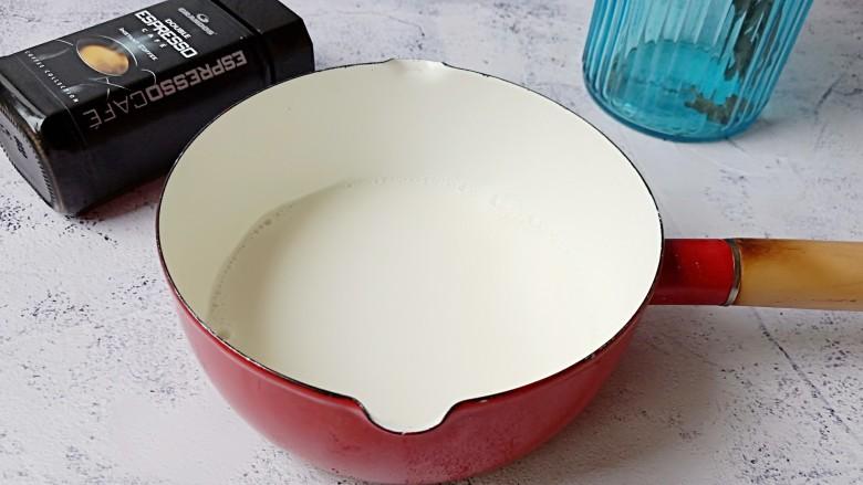 棉花糖奶咖,纯牛奶倒入一个大的容器,根据个人口味加一点糖,开火加热到牛奶周围冒泡关火。