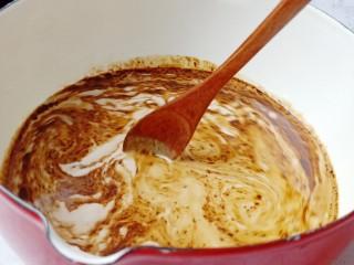 棉花糖奶咖,用勺子搅拌均匀。